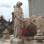 Escultura de dona al costat d'una tomba al Cementiri de Sant Andreu / CEMENTIRIS DE BARCELONA SA