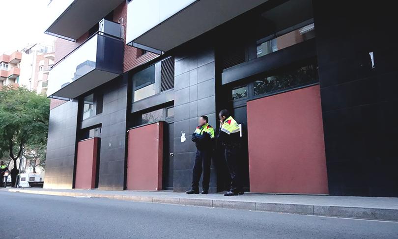 Agents dels Mossos d'Esquadra, a les portes de l'habitatge / DGM
