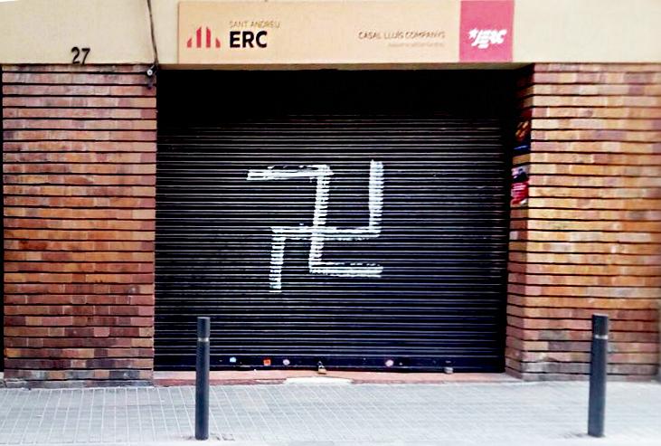 Imatge de la esvàstica a la persiana del local d'ERC / HÉCTOR MARTÍNEZ