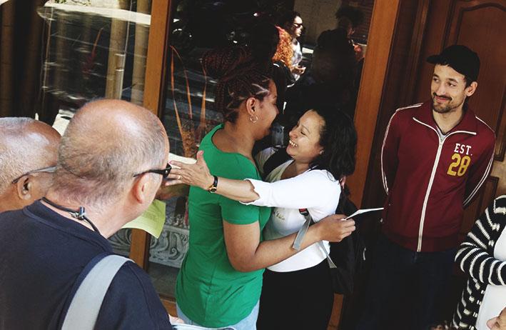 Scarlet s'abraça amb les companyes que han aturat el seu desnonament / DGM