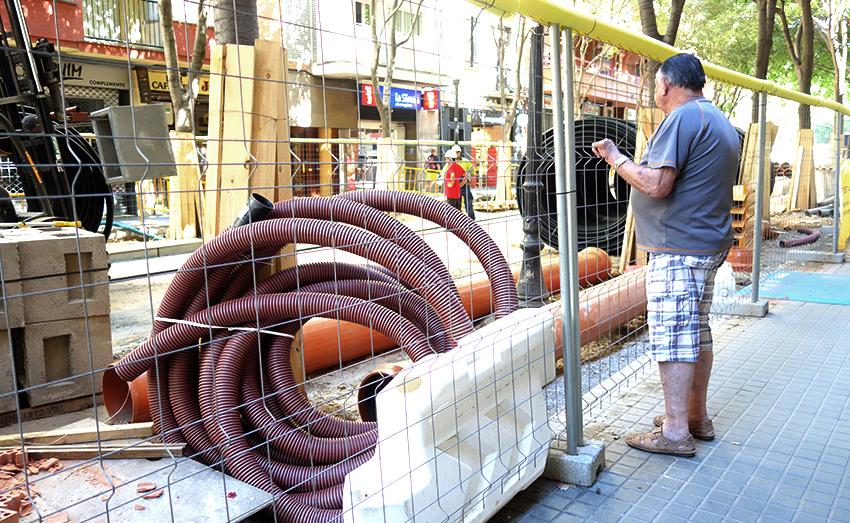 Un home segueix les obres del carrre Gran de Sant Andreu / DGM
