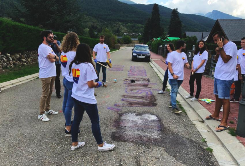 Joves de C's esborren les pintades davant la casa de Llarena a Das / C'S